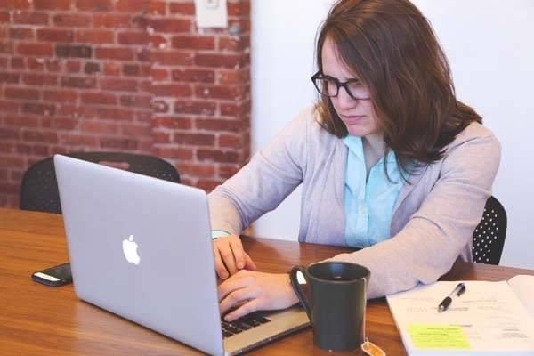 outsourcing chica trabajando