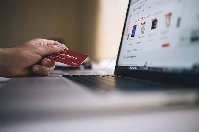 persona comprando online en un comercio electrónico